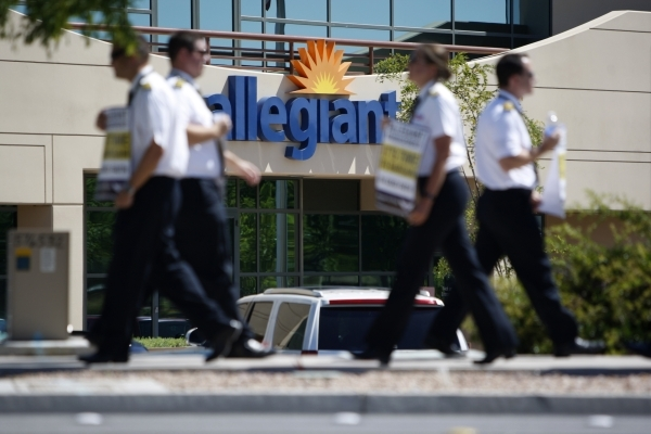 Allegiant Air pilots participate in a picket line outside of Allegiant Air headquarters, 1201 N. Town Center, in Las Vegas Tuesday, July 28, 2015. (Erik Verduzco/Las Vegas Review-Journal)