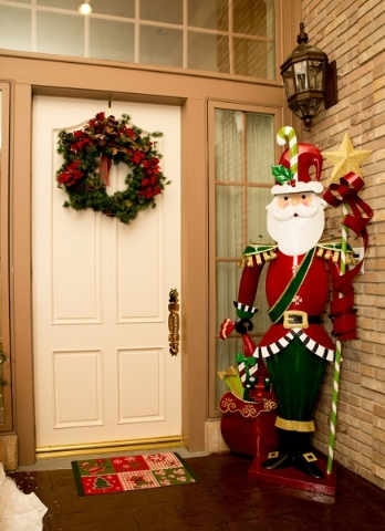 While the Heinrich residence shinesbright on the exterior, upon entering the front door ringed by two tall candy canes and a white-bearded Santa dressed smartly in a tailored red jacket, holiday c ...
