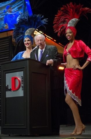 Former mayor Oscar Goodman, flanked by showgirls Kristina Schiavi, left, and Tricia Thompson, speaks on the Third Street Stage inside the Fremont Street Experience in downtown Las Vegas before Bry ...
