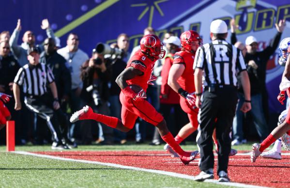 Utah wide receiver Tim Patrick (9) scores a touchdown against BYU during the Las Vegas Bowl at Sam Boyd Stadium in Las Vegas on Saturday, Dec. 19, 2015. Chase Stevens/Las Vegas Review-Journal Foll ...