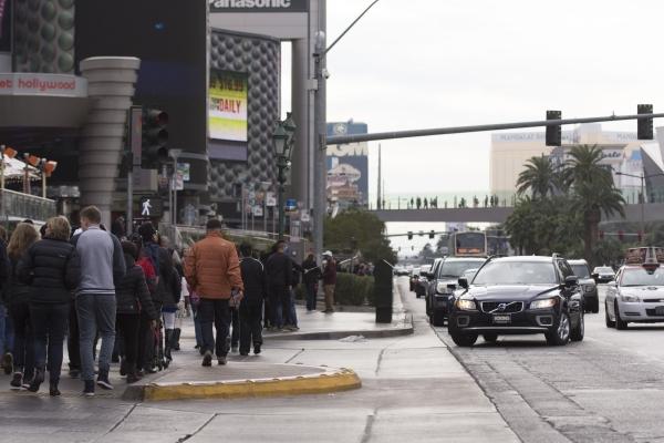 Pedestrians walk on the sidewalk between Paris Las Vegas and Planet Hollywood Resort & Casino in Las Vegas Monday, Dec. 21, 2015. Jason Ogulnik/Las Vegas Review-Journal.