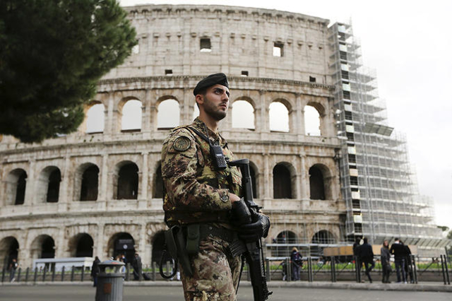 A soldier patrols in from of the Colosseum in Rome, Italy, November 20, 2015. REUTERS/Alessandro Bianchi