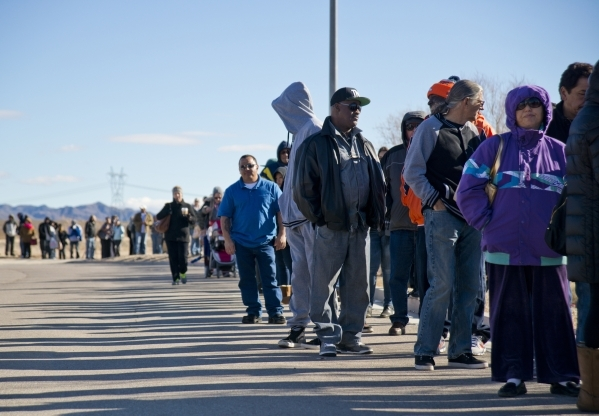 Hundreds wait in a line outside the Primm Valley Lotto Store just over the California border near Primm on Friday, Jan. 8, 2016. (Daniel Clark/Las Vegas Review-Journal)