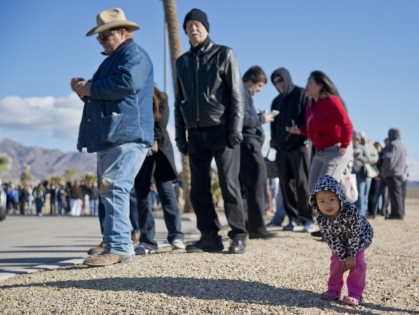 Madison Bannigan, right, stands in the line outside the Primm Valley Lotto Store just over the California border near Primm on Friday, Jan. 8, 2016. (Daniel Clark/Las Vegas Review-Journal)