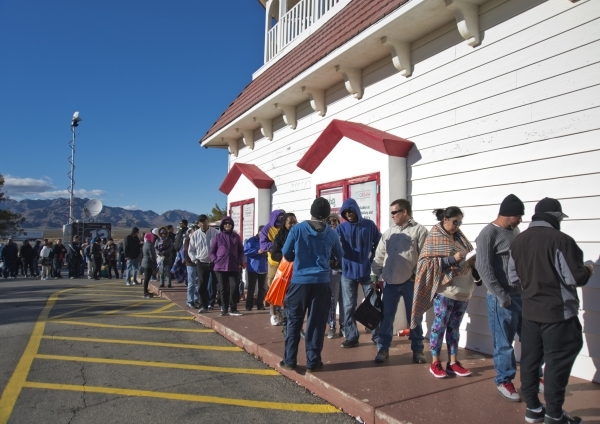 Hundreds wait in line outside the Primm Valley Lotto Store just over the California border near Primm on Friday, Jan. 8, 2016. (Daniel Clark/Las Vegas Review-Journal)