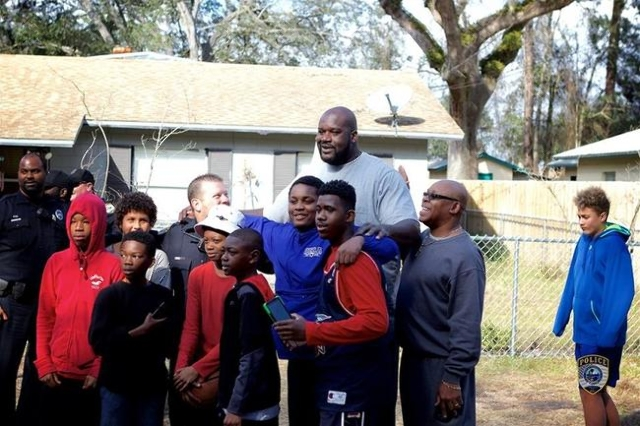 Shaq plays basketball with neighborhood kids (Gainesville Police Department/CNN)