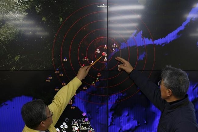 Ko Yun-hwa (L), Administrator of Korea Meteorological Administration, points at where seismic waves observed in South Korea came from, during a media briefing at Korea Meteorological Administratio ...