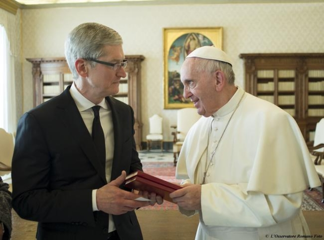 Apple Chief Executive Officer Tim Cook (L) exchange gifts with Pope Francis during private audience at the Vatican, January 22, 2016. (Osservatore Romano/Handout via Reuters)