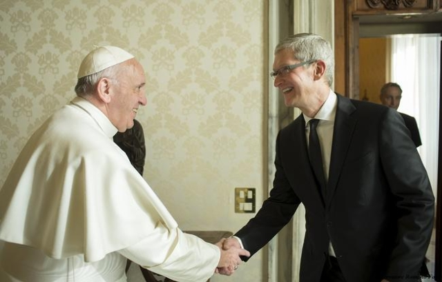 Apple Chief Executive Officer Tim Cook (R) shakes hands with Pope Francis during private audience at the Vatican, January 22, 2016. (Osservatore Romano/Handout via Reuters)