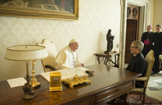 Apple Chief Executive Officer Tim Cook (R) speaks with Pope Francis during private audience at the Vatican, January 22, 2016. (Osservatore Romano/Handout via Reuters)