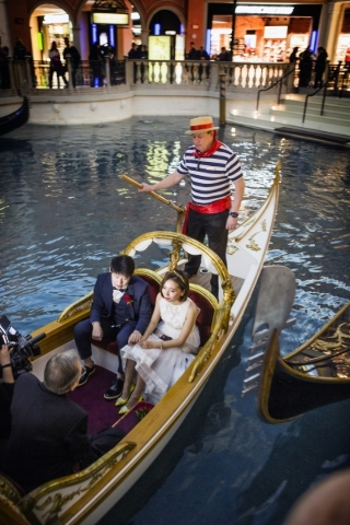 Chinese Nationals Jiyi Tian And Xinwen Xu Exchange Wedding Vows While Riding In A White Gondola