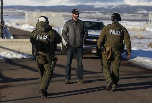 FBI agents man the entry to the Burns Municipal Airport in Burns, Oregon January 30, 2016.  REUTERS/Jim Urquhart