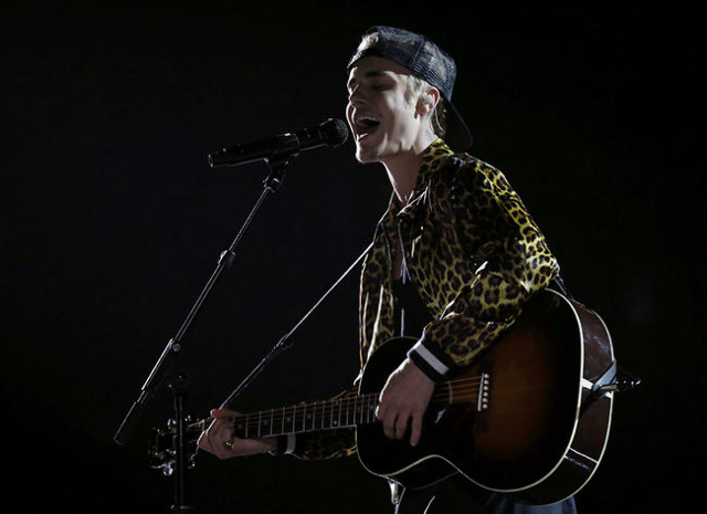 """Justin Bieber performs """"Love Yourself"""" at the 58th Grammy Awards in Los Angeles, California February 15, 2016.  REUTERS/Mario Anzuoni"""