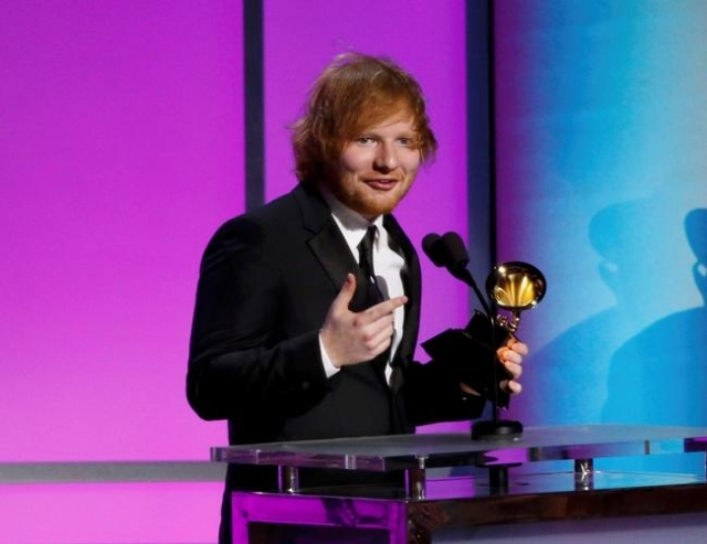 """Ed Sheeran accepts the award for Best Pop Solo Performance for """"Thinking Out Loud"""" at the 58th Grammy Awards Premiere Ceremony in Los Angeles, Feb. 15, 2016. (Mario Anzuoni/Reuters)"""