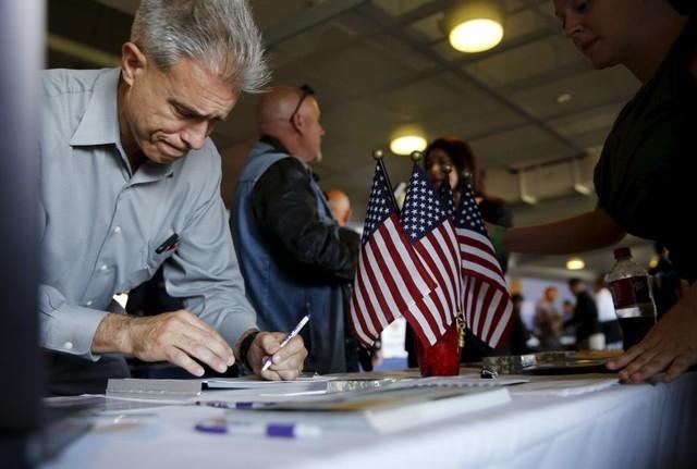 A job seeker fills out papers at a military job fair in San Francisco, California, August 25, 2015.  REUTERS/Robert Galbraith
