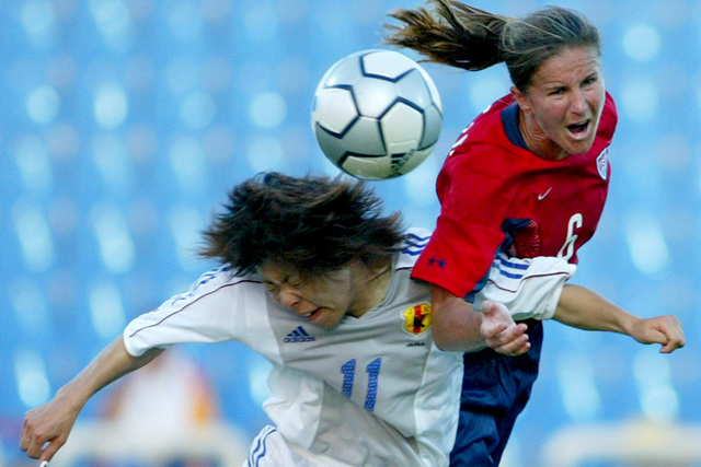 Brandi Chastain (R) of the U.S. fights for the ball against Mio Otani (L) of Japan during their Athens 2004 Olympic Games women's quarter-final soccer match at the Kaftanzoglio stadium in Thessalo ...
