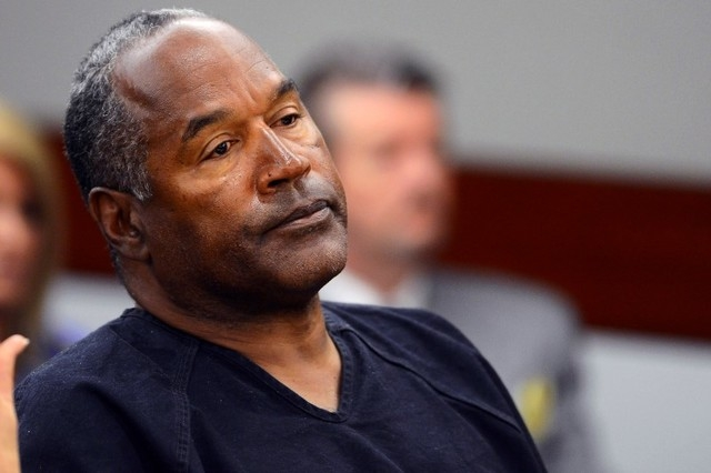 O.J. Simpson watches his former defense attorney Yale Galanter testify during an evidentiary hearing in Clark County District Court in Las Vegas, May 17, 2013. (Ethan Miller/Pool/Reuters)