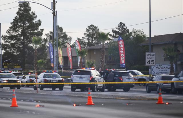 Las Vegas police investigate a homicide at Cohiba Courts Apartments on Thursday, April 7, 2016. (Brett Le Blanc/Las Vegas Review-Journal Follow @bleblancphoto)