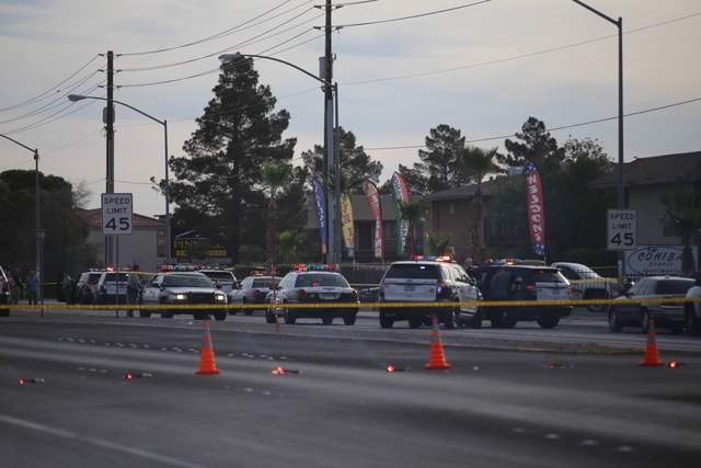 Las Vegas police investigate a homicide at Cohiba Courts Apartments on Thursday, April 7, 2016. (Brett Le Blanc/Las Vegas Review-Journal Follow @bleblancph