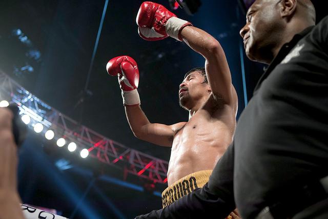 Manny Pacquiao celebra su victoria después de vencer a Timothy Bradley para adjudicarse el título welter internacional de la Organización Mundial de Boxeo MGM Grand Garden Arena, el sábado 9 d ...