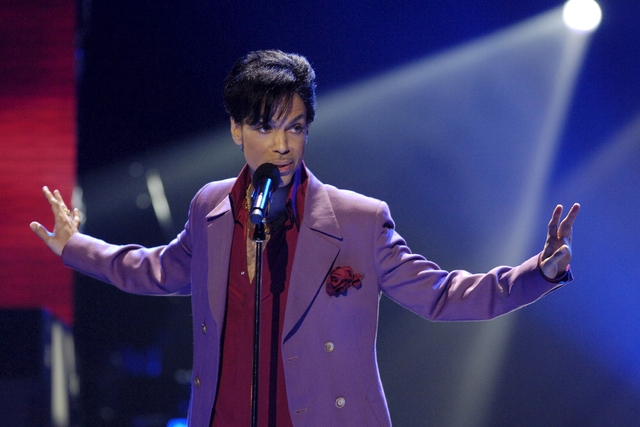 """Singer Prince performs in a surprise appearance on the """"American Idol"""" television show finale at the Kodak Theater in Hollywood, California in this May 24, 2006 file photo. (Chris Pizzello/Reuters)"""