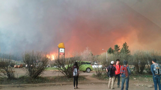 Students from Fort McMurray Composite High School are released early as wildfire burns nearby in Fort McMurray, Alberta May 3, 2016. (Courtesy Kangen Lee/Handout via Reuters)