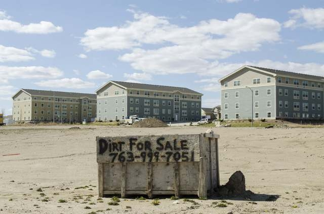 An empty lot advertises dirt for sale near newly built apartment buildings in Williston, North Dakota April 30, 2016. (Andrew Cullen/Reuters)