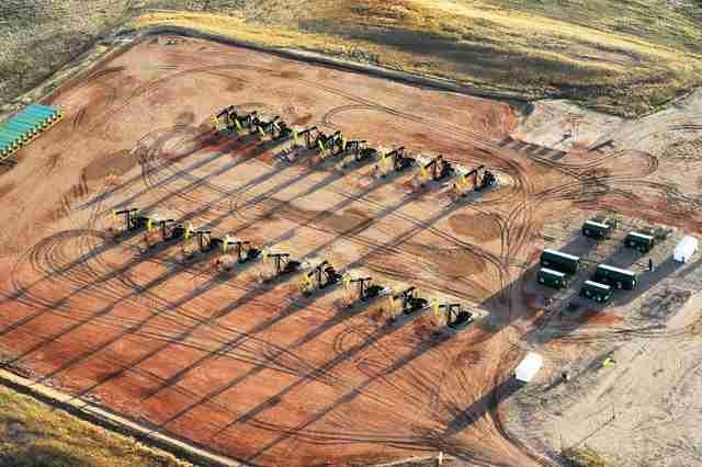 Eighteen oil pumpjacks are seen on a Hess well pad near Tioga, North Dakota April 30, 2016. (Andrew Cullen/Reuters)
