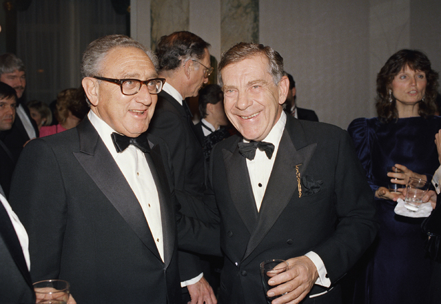 "Henry Kissinger, left, and Morley Safer of CBS's ""60 Minutes"" pose during reception for the program in New York, March 3, 1988. (Mark Lennihan/AP)"
