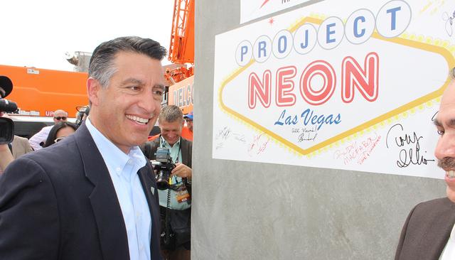 El gobernador Brian Sandoval estampó su firma en el bloque de concreto que será usado en Project Neon, el jueves 7 de abril de 2016. El jueves 7 de abril, se colocó el primer bloque de concreto ...