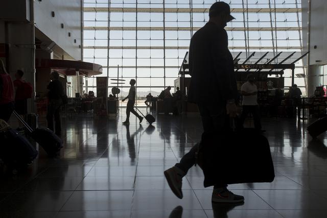 Travelers pass through McCarran International Airport in Las Vegas on June 7, 2016.  (Bridget Bennett/Las Vegas Review-Journal) Follow @bridgetkbennett
