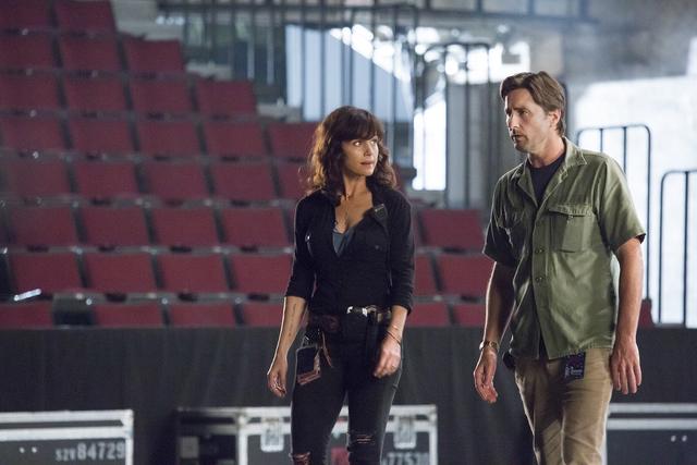 Carla Gugino as Shelli and Luke Wilson as Bill in Roadies (pilot). - Photo: Katie Yu/SHOWTIME - Photo ID: Roadies101_Pilot_8509