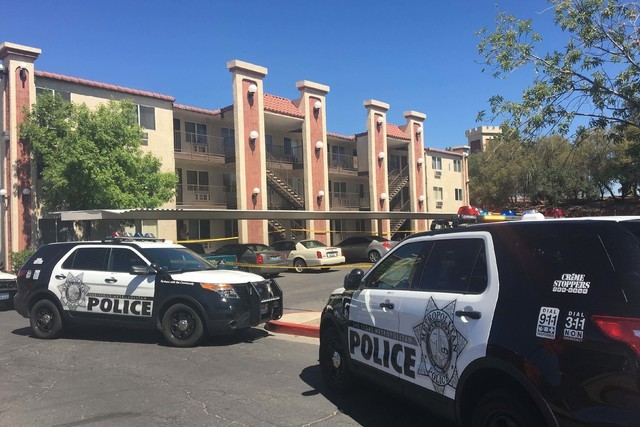 Las Vegas police investigate a double shooting at Royal Manor Apartments, 5600 Boulder Highway, Tuesday, June 15, 2016. (Daniel Clark/Las Vegas Review-Journal Follow @DanJClarkPhoto)