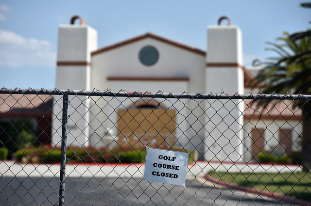 A notice is tied to fencing at the entrance of the closed Silverstone Golf Club Monday, May 23, 2016, in Las Vegas. (David Becker/Las Vegas Review-Journal) Follow @davidjaybecker