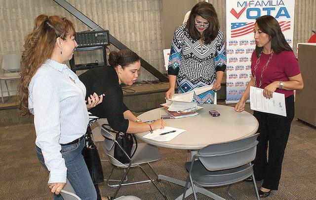 El martes 22 de septiembre Día Nacional de Registro de Votantes, la organización 'Mi Familia Vota' registró a más de 30 estudiantes en las instalaciones del CSN, los cuales podrán elegir  ...