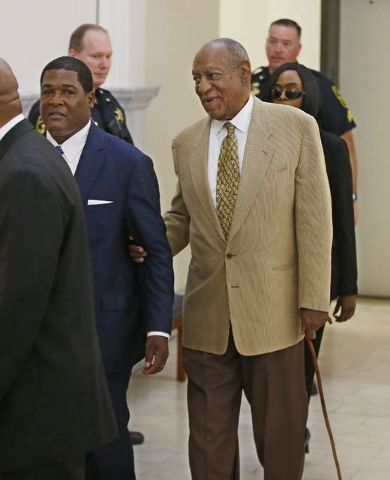 Bill Cosby is helped by an aide as he returns into Courtroom A in the Montgomery County Courthouse in Norristown, Pennsylvania, July 7, 2016. (Michael Bryant/Pool/Reuters)