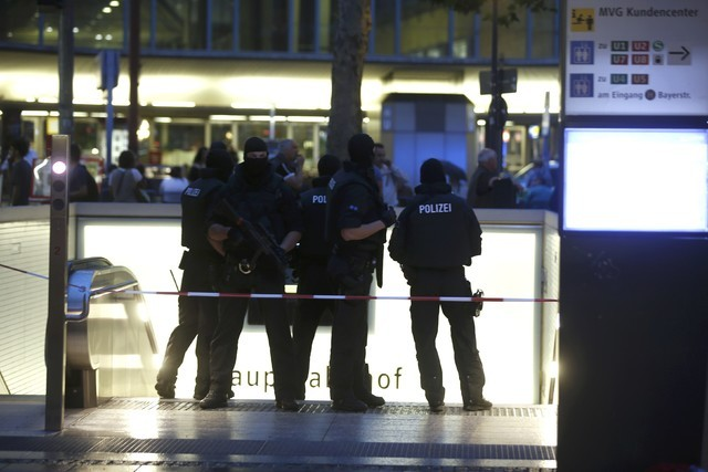 Special force police officers stand guard at an entrance of the main train station, following a shooting rampage at the Olympia shopping mall in Munich, July 22, 2016. (Michael Dalder/Reuters)