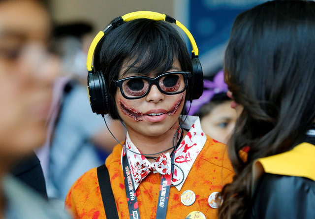 Lauren Lim chats with her friend as she attends the pop culture event Comic-Con International in San Diego, California, United States July 22, 2016. (Mike Blake/Reuters)