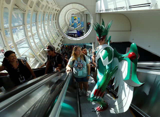 Alex Kapelski of Ohio comes dressed as a bird to the pop culture event Comic-Con International in San Diego, California, United States July 22, 2016. (Mike Blake/Reuters)