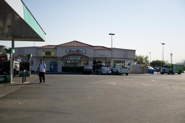 Three armed men robbed Dino Mart Sinclair at Decatur Boulevard and Desert Inn Road Tuesday night, July 26, 2016. (Daniel Clark/Las Vegas Review-Journal Follow @DanJClarkPhoto)