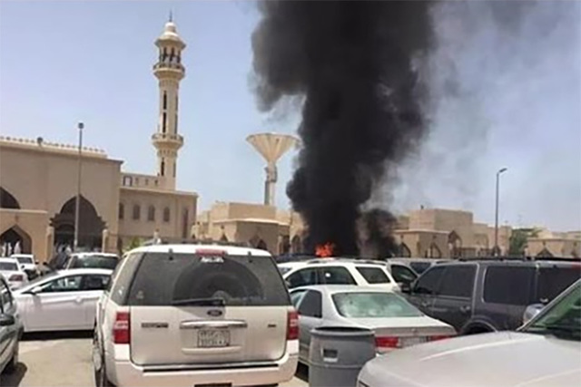 Three people were killed in the blast outside the Prophet's Mosque in Medina in Saudi Arabia on Monday. Screengrab (HollyBollyGo/YouTube)