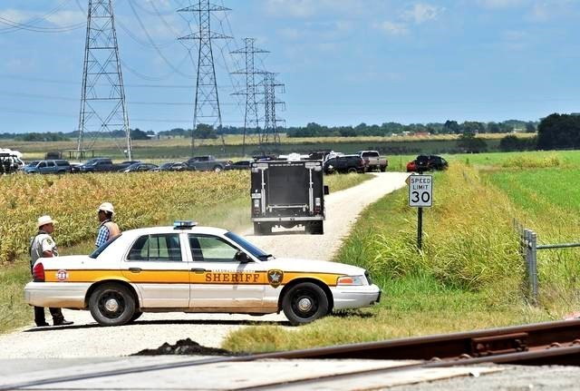 Authorities head down a dirt road toward to investigate the scene of a hot air balloon crash that left 16 feared dead near Maxwell, Texas, U.S. July 30, 2016. (Robin Jerstad/Reuters)