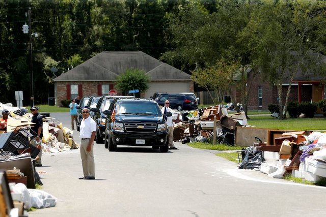 President Barack Obama's motorcade is seen nearby as he tours a flood-affected neighborhood in Zachary, Louisiana, Aug. 23, 2016. (Jonathan Ernst/Reuters)