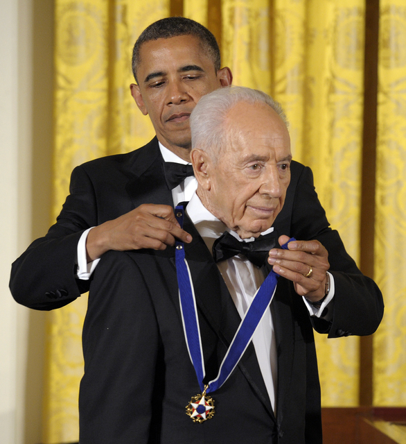 President Barack Obama awards Israeli President Shimon Peres with the Presidential Medal of Freedom at a dinner at the East Room of the White House in Washington, Wednesday, June 13, 2012. (Susan  ...