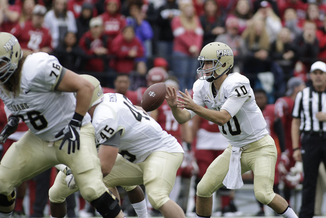 Idaho quarterback Matt Linehan (10) takes a snap during the first half of an NCAA college football game against Washington State in Pullman, Wash., Saturday, Sept. 17, 2016. (Young Kwak/AP)