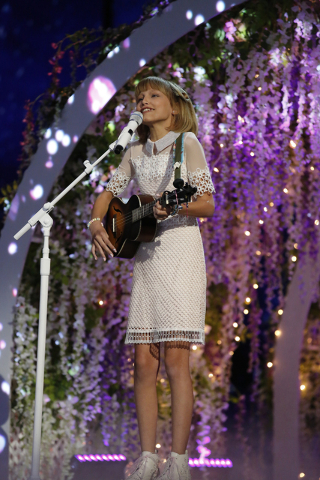 """Grace VanderWaal shows her winning ways on """"America's Got Talent."""" The young star is headed to Las Vegas for shows at Planet Hollywood in late October. (Trae Patton/NBC)"""