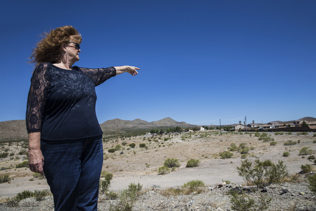 Realtor Diane Kendall points out features of Cottonwood Lake Homes subdivision on Monday, Sept. 5, 2016, in Searchlight, Nev. (Benjamin Hager/Las Vegas Review-Journal)