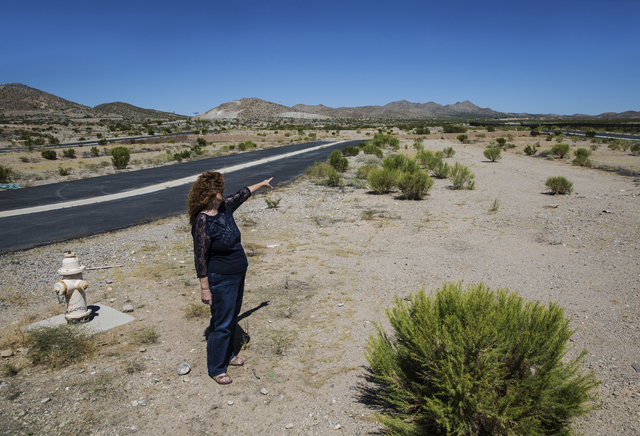 Realtor Diane Kendall points out features of Searchlight Airpark subdivision on Monday, Sept. 5, 2016, in Searchlight, Nev. (Benjamin Hager/Las Vegas Review-Journal)
