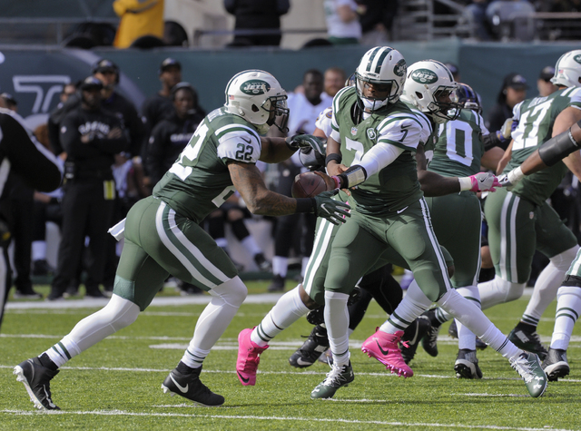 New York Jets quarterback Geno Smith (7) hands off the ball to running back Matt Forte (22) during the second quarter of an NFL football game, Sunday, Oct. 23, 2016, in East Rutherford, N.J. (Bill ...