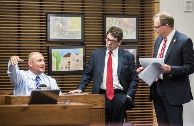 Henderson Police Detective Michael Condratovich, left, testifies during a preliminary hearing for Daron Lewis Clanton in Henderson Justice Court on Monday, Oct.10, 2016. In the center is Clanton's ...